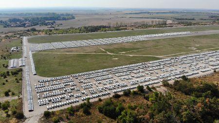 Exkluzivní záběry ze vzduchu jako hmatatelný důkaz problémů s měřením emisí! Tisíce škodovek stojí na letištní ploše vMilovicích