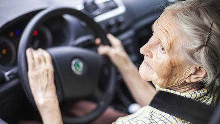 Senioři za volantem: Jsou opravdu nebezpeční? Statistiky mluvíjasně