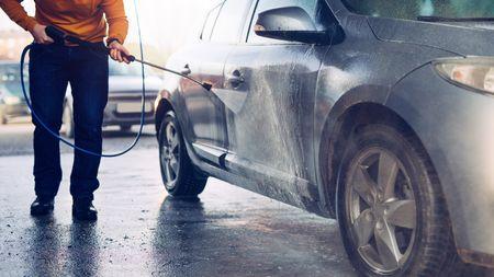 Umýt auto se dá rychleji a šetrněji než ve standardní automyčce. Vímejak!