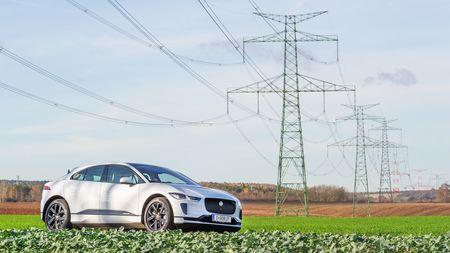 První elektrické auto, které uspokojí i nadšené řidiče. Má brilantní jízdní vlastnosti, výkon 400 koní, ale čímzklame?