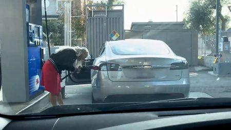 Řidička z USA se pokusila natankovat elektromobilní Teslu. Teď je všem prosmích