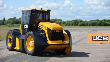 Splašený traktor pokořil i Top Gear! Kdo si odnesl rekord za nejrychlejší traktor na světě? A jak rychle taková bestiejede?