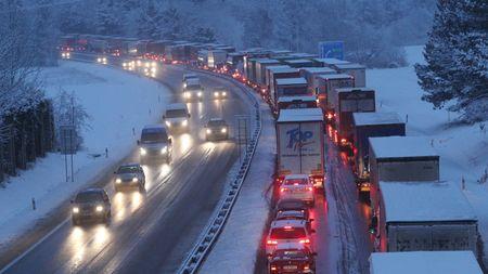 Smutný příběh o dálnici D1, kde hlavní roli hrají silničáři, řidiči kamionů a pár sněhovýchvloček