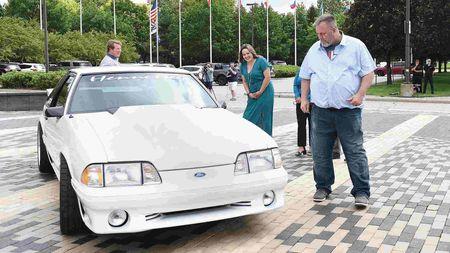 Američan prodal Ford Mustang kvůli léčbě rakoviny své paní. Po 17 letech se nestačildivit