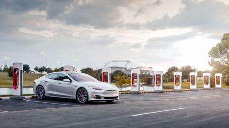 """Největší problém elektromobilů """"vyřešen""""! Tesla má geniálně jednoduché řešení, které by se hodilo i při čekání vkolonách"""