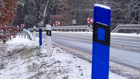 """Hádanka pro řidiče: Víte, k čemu slouží barevné """"patníky"""" podél silnic? Takschválně"""