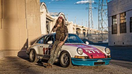 Chlápek s vizáží bezdomovce má ve skutečnosti úžasnou sbírku Porsche 911. A upravuje si je podle svéhogusta