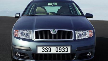 Má vaše auto jedno zrcátko menší než druhé? Možná si myslíte, že víte proč, ale mýlítese!