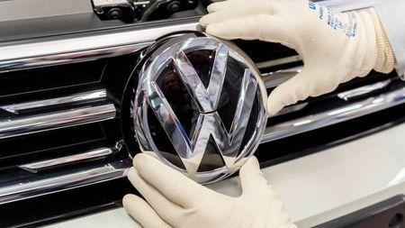 Volkswagen bude mít nové logo! Proč ho po 7 letech mění a na jakém autě ho poprvéukáže?