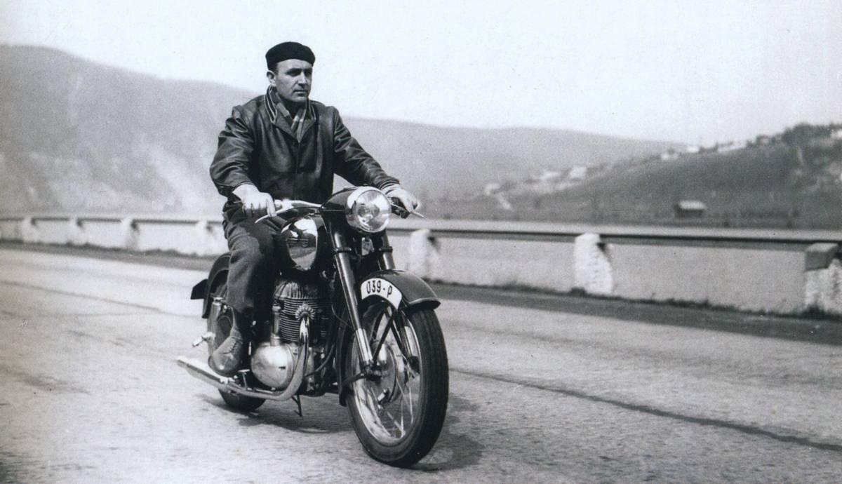 Závodník Richard Dusil testuje stroj s číslem motoru 15-39 na rychlostní silnici z Prahy do Zbraslavi
